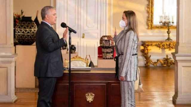 La nueva ministra Carmen Ligia Valderrama jura su cargo en presencia del presidente colombiano Iván Duque