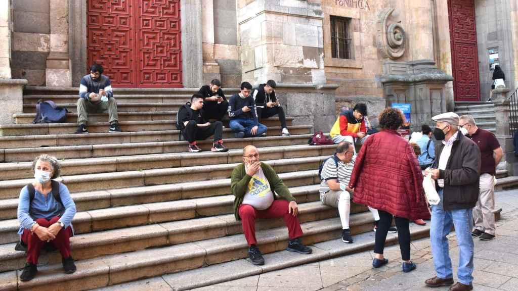 Turistas y estudiantes pasean por las calles de Salamanca