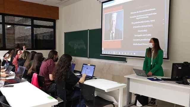 Una profesora imparte clase en un aula de la Universidad de Salamanca