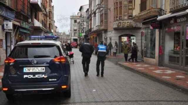 Varios agentes patrullan por las calles de Medina del Campo