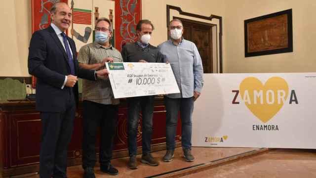 Entrega del cheque por el trabajo de creación de 'Zamora Enamora'