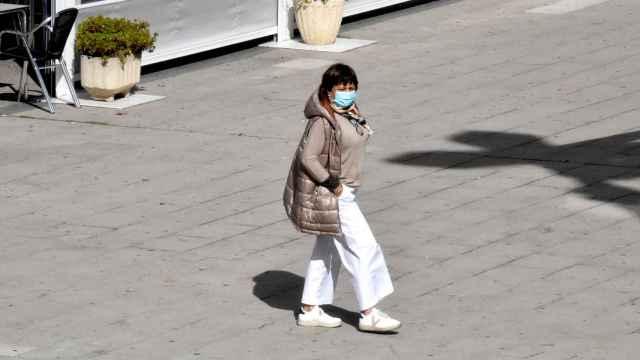 Una mujer pasea con mascarilla por Zamora
