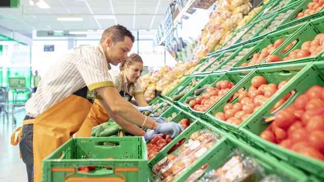 Trabajadores de Mercadona en la sección de fruta y verdura.