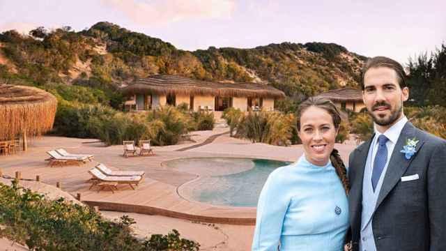 Nina Flohr y Philippos de Grecia junto al hotel de África, en un montaje de JALEOS.
