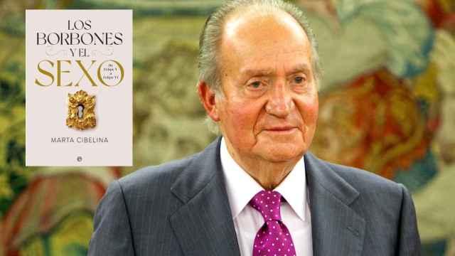 El rey Juan Carlos junto a la portada de 'Los Borbones y el sexo'.