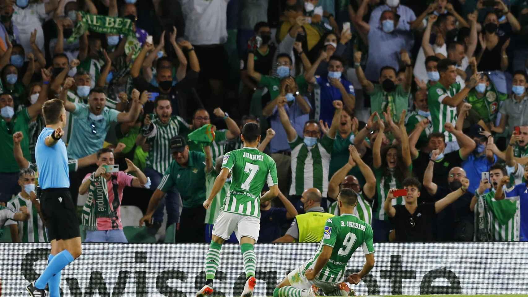 Borja Iglesias celebra un gol con el Betis en la temporada 2021/2022