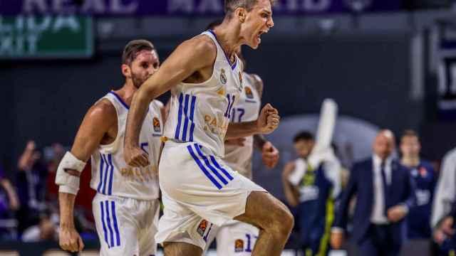 Carlos Alocén celebra una canasta con el Real Madrid de Baloncesto en la Euroliga 2021/2022