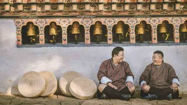 Dos butaneses en el país asiático que lleva décadas desarrollando el concepto de Felicidad Interior Bruta como indicador de progreso.