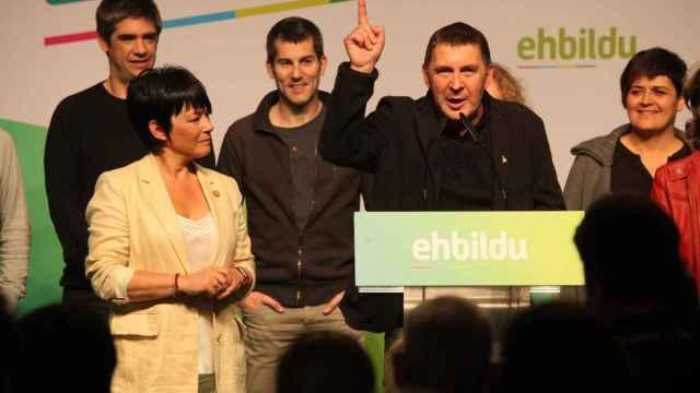 Arnaldo Otegi junto a varios diputados de EH Bildu en el Parlamento Vasco. EP