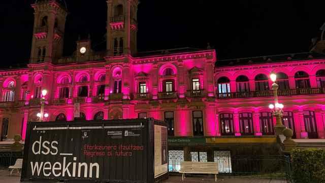 Reclamo de la WeekInn de San Sebastián, frente al ayuntamiento iluminado de la ciudad.