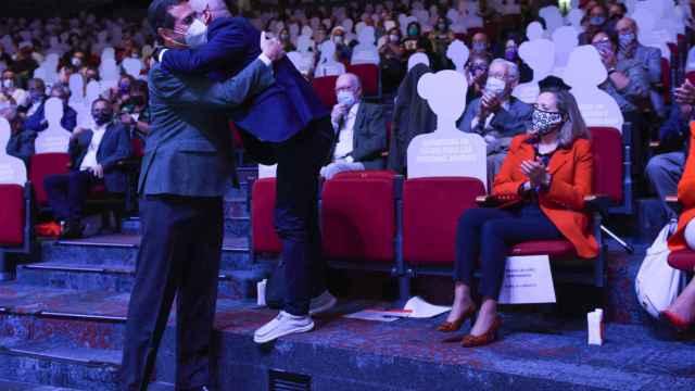 Antonio Garamendi se abraza con Unai Sordo en el Congreso de CCOO. A la derecha, Nadia Calviño, vicepresidenta del Gobierno.