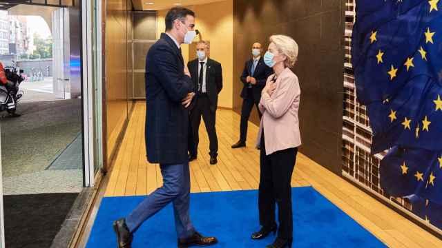 Pedro Sánchez saluda a Ursula von der Leyen durante su reunión este jueves en Bruselas
