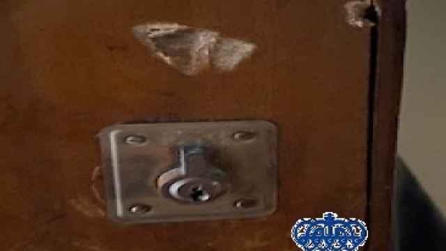 Imagen de la puerta de la vivienda donde fue encerrado un vecino de Fuengirola.