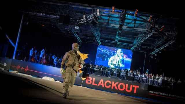 Un militar durante un evento de concienciación sobre el peligro de un gran apagón en Austria.