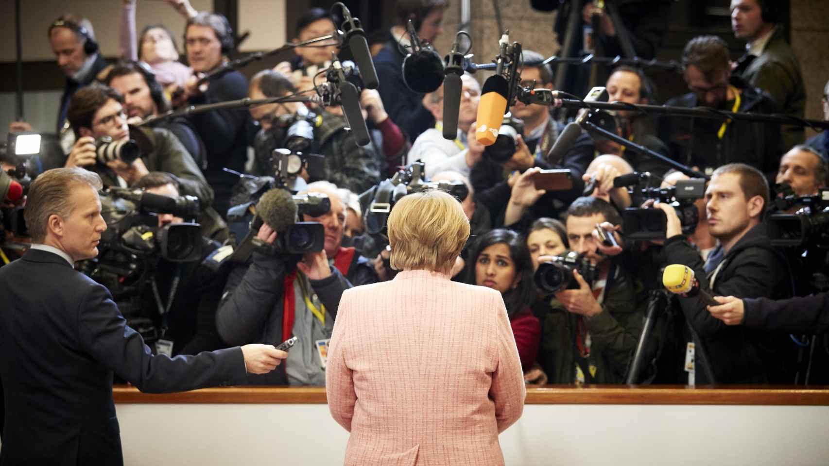La canciller Merkel genera una gran atención mediática cada vez que habla en un Consejo Europeo
