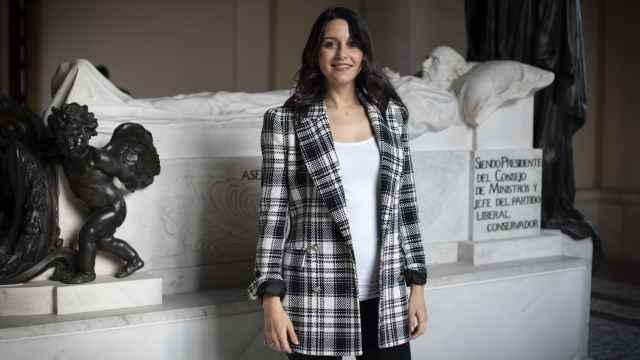 Inés Arrimadas, en el Panteón de Hombres Ilustres, ante la tumba de Eduardo Dato.