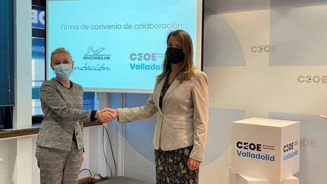 Mónica Rius y Ángela de Miguel tras la firma del convenio