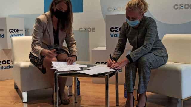 Ángela de Miguel, presidente de CEOE Valladolid, en la firma del convenio junto a Mónica Rius, directora de la Fundación Michelin.
