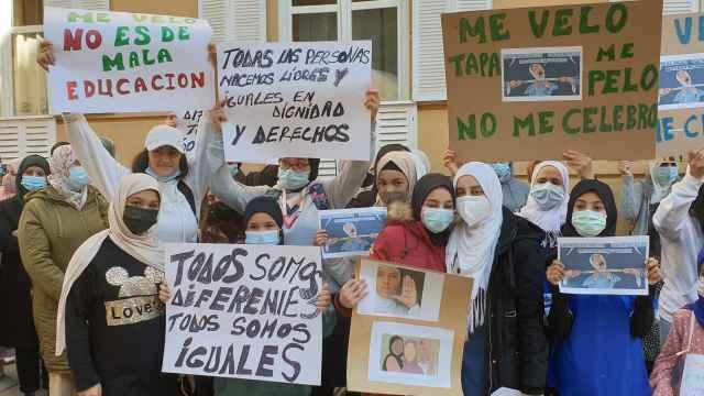 Un momento de la protesta que ha tenido lugar frente al IES Liceo Caracense de Guadalajara. Foto: EP.