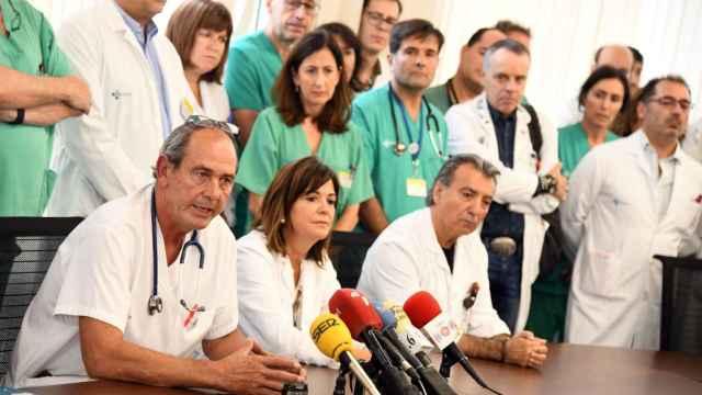Carlos García Girón, a la izquierda, durante una rueda de prensa