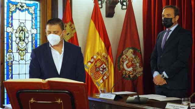 Momento en el que Marcos Díez  promete el cargo como nuevo diputado provincial de TLP