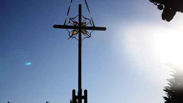 Instalación de la nueva cruz del Cementerio de San Atilano creada por Coomonte