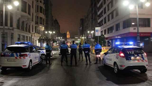 Policías en las calles de León durante el primer Estado de Alarma