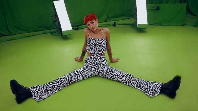 Natalia Lacunza con las prendas de la nueva colección de H&M.