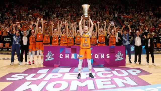 Las jugadoras del Valencia Basket levantan el título de la Supercopa de Europa