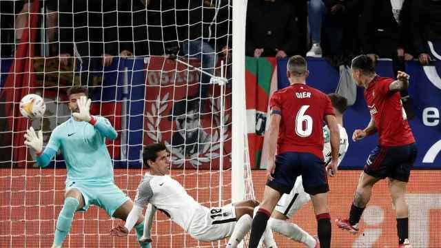 'Chimy' Ávila marca su gol ante el Granada