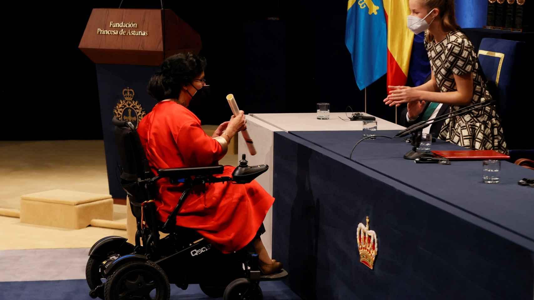 La princesa Leonor aplaude a Teresa Perales tras recibir el premio Princesa de Asturias de los Deportes 2021