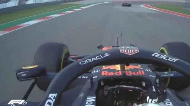 Max Verstappen haciendo una peineta a Lewis Hamilton