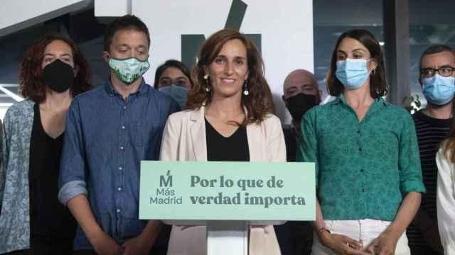 Mónica García, acompañada de Íñigo Errejón y Rita Maestre, celebra los resultados obtenidos el pasado 4 de mayo.