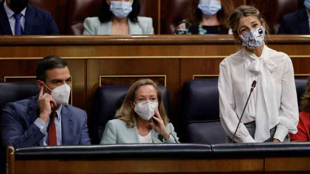 Sánchez, Calviño y Díaz, durante una sesión parlamentaria.