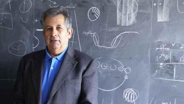 Adolfo Plasencia en el despacho de Sara Seager en el MIT.