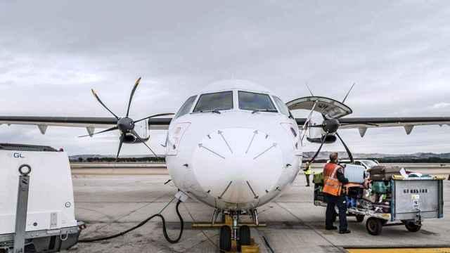 Imagen de un avión en la pista.