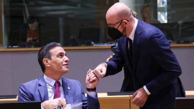 Pedro Sánchez saluda a Charles Michel durante el Consejo Europeo de este viernes