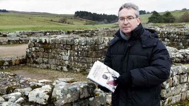 Santiago Posteguillo en el Muro de Adriano, escenario de su novela 'Y Julia retó a los dioses.