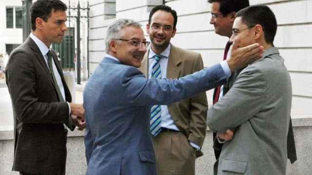 Pedro Sánchez, Antonio Hernando y Óscar López rodean a José Blanco, que acaricia a su jefe de prensa.