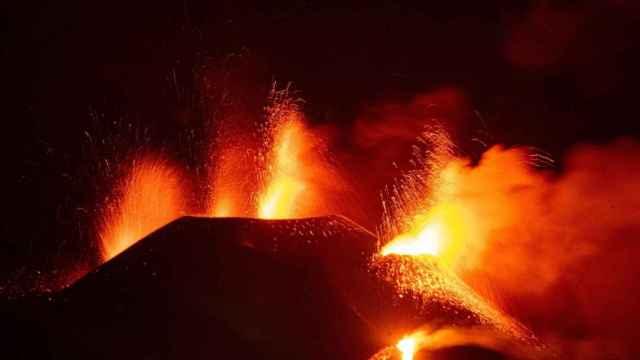 Actividad eruptiva del volcán Cumbre Vieja, en la isla canaria de La Palma, este viernes por la noche.