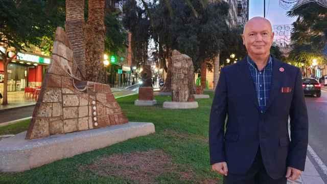 El director de Ivitra, Vicent Martines, ante el monumento a la Constitución en Alicante, colabora en este equipo internacional de investigación.