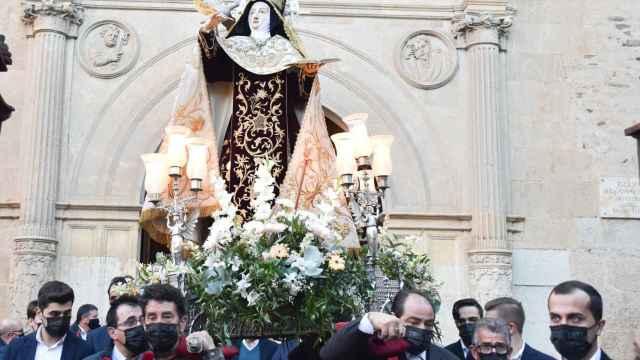 Santa Teresa de Jesús entra en clausura entre aplausos y vítores de los albenses