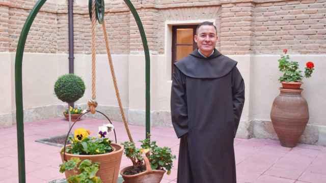 El Prior Miguel Ángel González, en el claustro del convento de San Juan de la Cruz, en Alba de Tormes