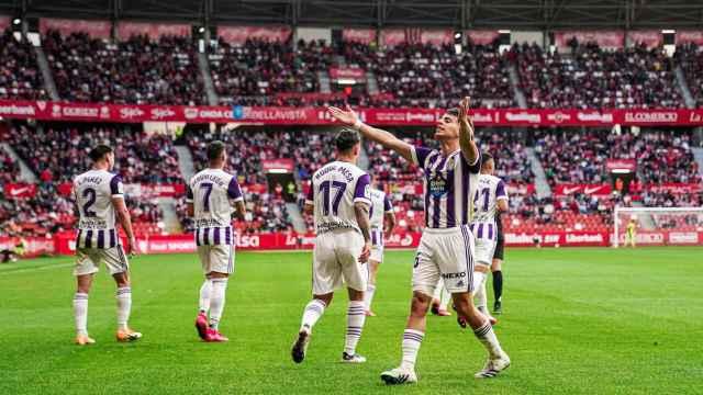 Aguado celebra con los aficionados del Real Valladolid el primer gol de su equipo