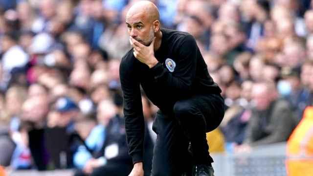 Pep Guardiola, pensativo durante un partido del Manchester City