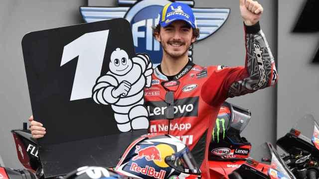 Pecco Bagnaia celebra la pole lograda en el circuito de Misano.