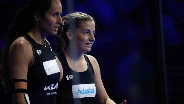 Gemma Triay y Alejandra Salazar durante un partido de pádel