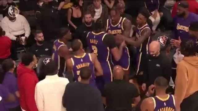 Anthony Davis y Dwight Howard se enfrentan en pleno partido de Los Angeles Lakers