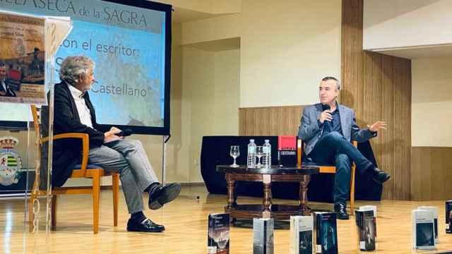 El profesor Ramón Sánchez González (i) y el escritor Lorenzo Silva (d) en Villaseca de la Sagra.