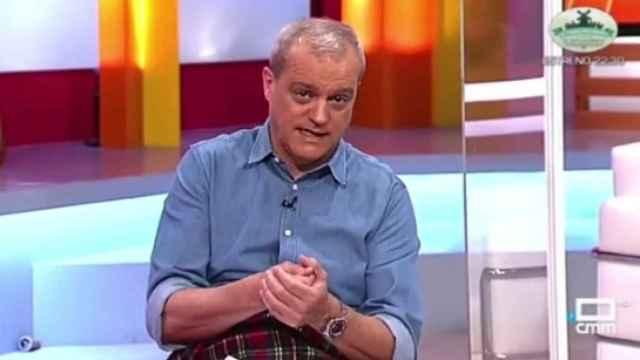 Ramón García, arropado con una manta en el plató de CMMedia.